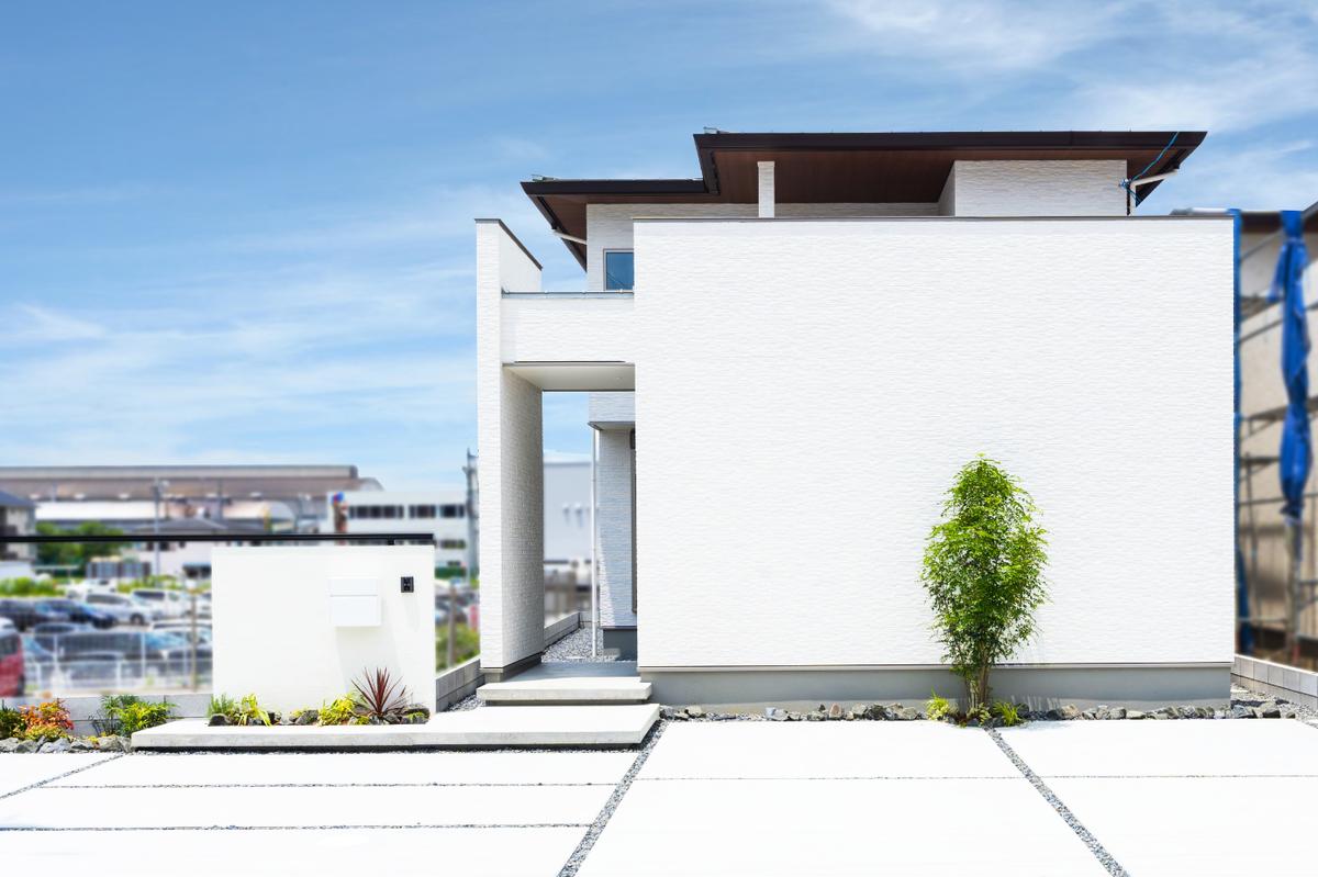 青空に映える白い家の画像